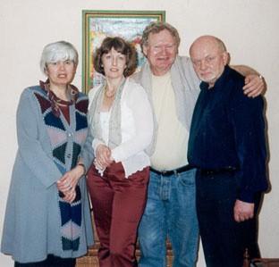 На снимке: слева направо - Ирина Медведева (мама Ильи), Ольга Коваленко (мама Жени), художник Габриэль Юон-Эргин, Николай Тюрин (отец Ильи).